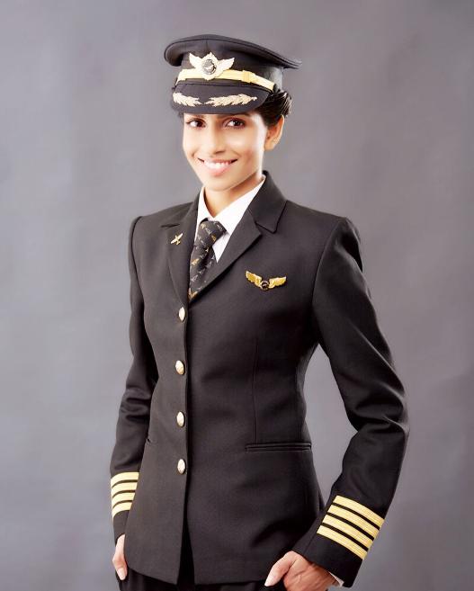 Vẻ đẹp như hoa hậu của nữ cơ trưởng lái Boeing 777 trẻ nhất thế giới - Ảnh 3.