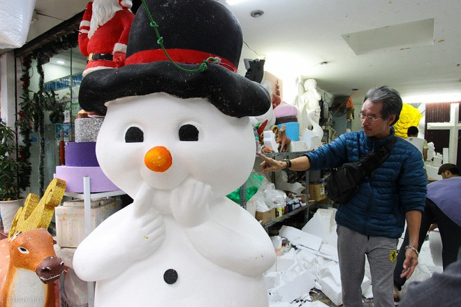 Thị trường đồ trang trí Noel: Xuất hiện nhiều món khủng với giá tiền triệu vẫn hút khách - Ảnh 13.
