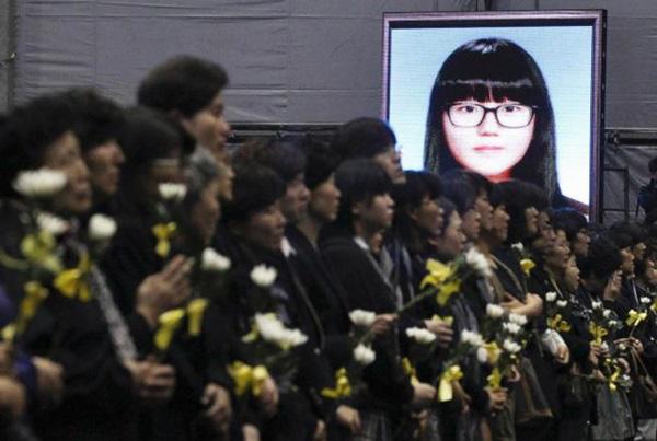 Loạt hình ám ảnh trong thảm kịch chìm phà Sewol cướp đi sinh mạng của gần 300 học sinh ở Hàn Quốc 3 năm trước - Ảnh 21.