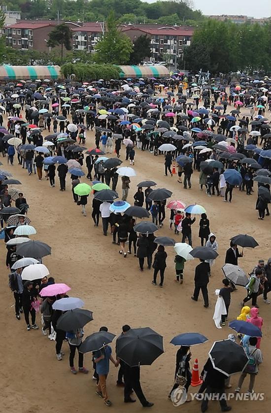 Loạt hình ám ảnh trong thảm kịch chìm phà Sewol cướp đi sinh mạng của gần 300 học sinh ở Hàn Quốc 3 năm trước - Ảnh 22.