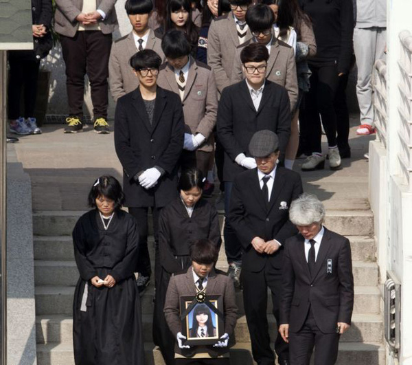 Loạt hình ám ảnh trong thảm kịch chìm phà Sewol cướp đi sinh mạng của gần 300 học sinh ở Hàn Quốc 3 năm trước - Ảnh 25.
