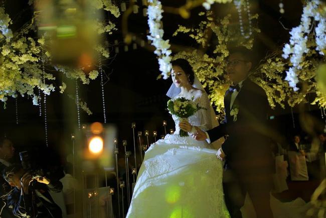 Những hình ảnh xa hoa trong tiệc cưới tiền tỉ của Á hậu Hoàng Anh - Ảnh 6.