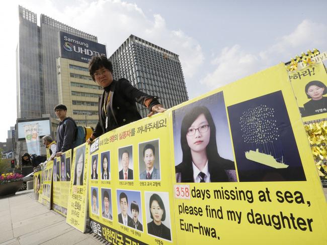Tìm thấy thi thể nữ sinh 17 tuổi trong bi kịch chìm phà Sewol, số người mất tích giảm xuống 8 - Ảnh 6.