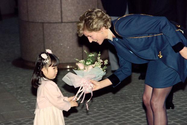 Công nương Diana không bao giờ đeo găng tay và đây là lí do - Ảnh 7.