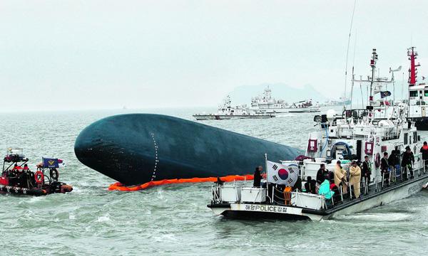 Loạt hình ám ảnh trong thảm kịch chìm phà Sewol cướp đi sinh mạng của gần 300 học sinh ở Hàn Quốc 3 năm trước - Ảnh 8.