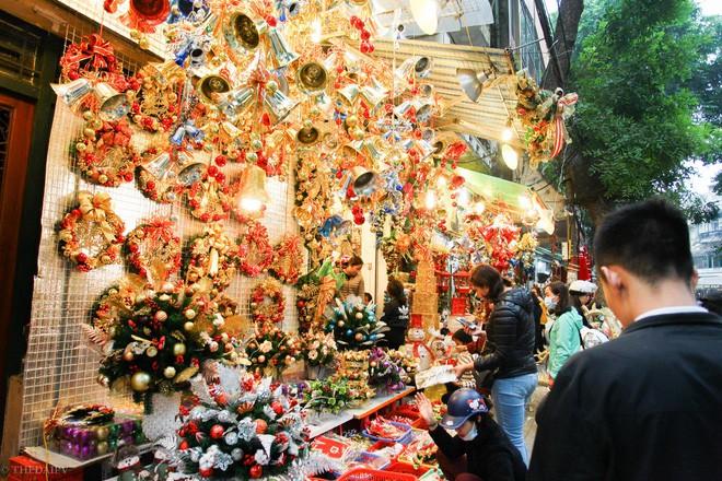 Thị trường đồ trang trí Noel: Xuất hiện nhiều món khủng với giá tiền triệu vẫn hút khách - Ảnh 16.