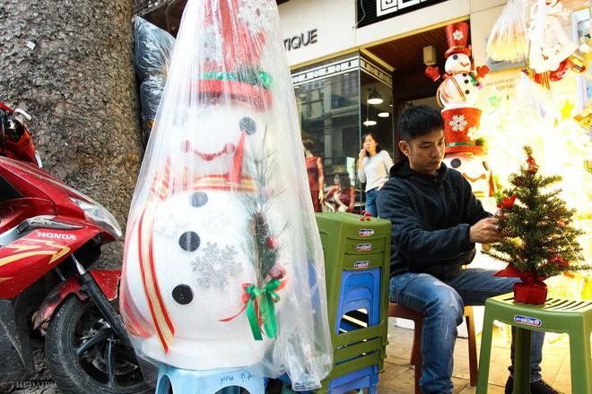 Thị trường đồ trang trí Noel: Xuất hiện nhiều món khủng với giá tiền triệu vẫn hút khách - Ảnh 17.