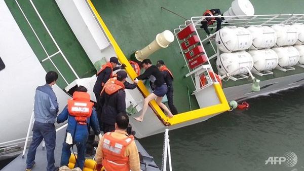 Loạt hình ám ảnh trong thảm kịch chìm phà Sewol cướp đi sinh mạng của gần 300 học sinh ở Hàn Quốc 3 năm trước - Ảnh 10.
