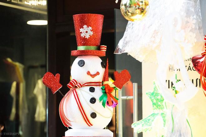 Thị trường đồ trang trí Noel: Xuất hiện nhiều món khủng với giá tiền triệu vẫn hút khách - Ảnh 18.
