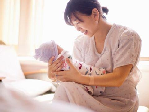 Bác sĩ Y khoa cho biết, hầu hết các mẹ đang kiêng cữ sau sinh sai cách - Ảnh 2.
