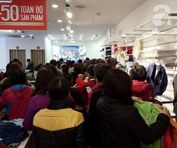 Hà Nội: Thời trang xả hàng Tết đến 70%, nhiều người bỏ về vì xếp hàng thanh toán quá lâu - Ảnh 4.