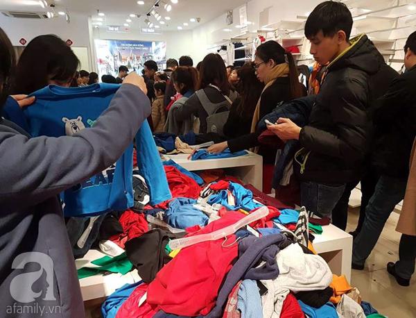 Hà Nội: Thời trang xả hàng Tết đến 70%, nhiều người bỏ về vì xếp hàng thanh toán quá lâu - Ảnh 2.