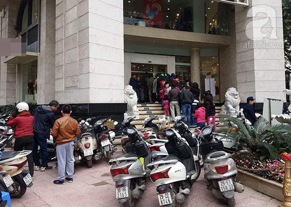 Hà Nội: Thời trang xả hàng Tết đến 70%, nhiều người bỏ về vì xếp hàng thanh toán quá lâu - Ảnh 1.