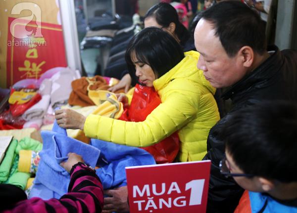 Hà Nội: Thời trang xả hàng Tết đến 70%, nhiều người bỏ về vì xếp hàng thanh toán quá lâu - Ảnh 6.