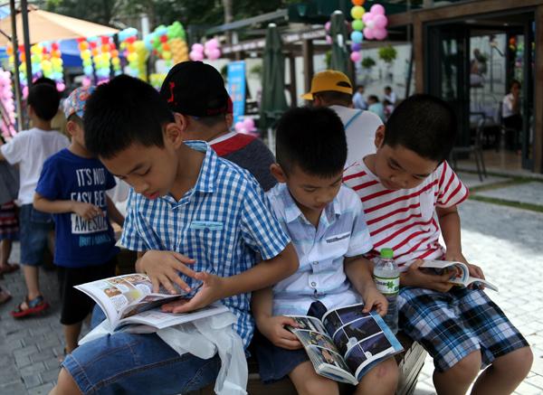 Mặc nắng nóng gần 40 độ C, nhiều gia đình đưa trẻ nhỏ đến Hội sách thiếu nhi - Ảnh 14.