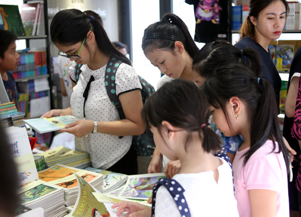 Mặc nắng nóng gần 40 độ C, nhiều gia đình đưa trẻ nhỏ đến Hội sách thiếu nhi - Ảnh 7.