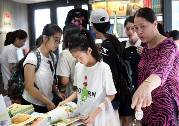 Mặc nắng nóng gần 40 độ C, nhiều gia đình đưa trẻ nhỏ đến Hội sách thiếu nhi - Ảnh 8.