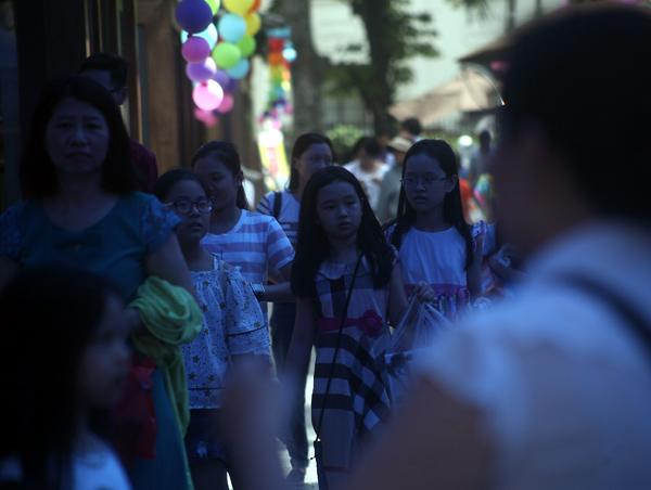 Mặc nắng nóng gần 40 độ C, nhiều gia đình đưa trẻ nhỏ đến Hội sách thiếu nhi - Ảnh 3.