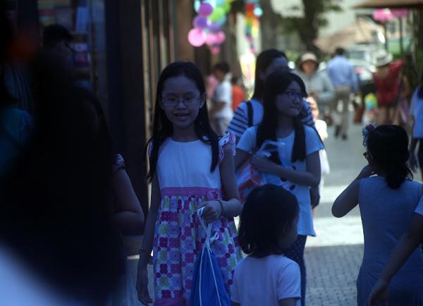 Mặc nắng nóng gần 40 độ C, nhiều gia đình đưa trẻ nhỏ đến Hội sách thiếu nhi - Ảnh 2.