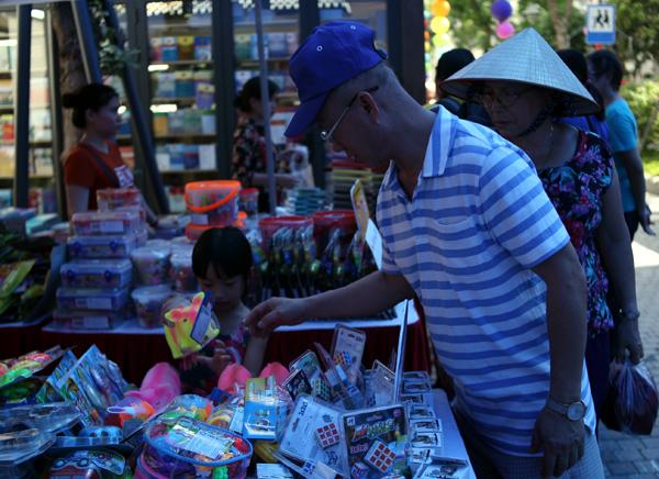 Mặc nắng nóng gần 40 độ C, nhiều gia đình đưa trẻ nhỏ đến Hội sách thiếu nhi - Ảnh 11.