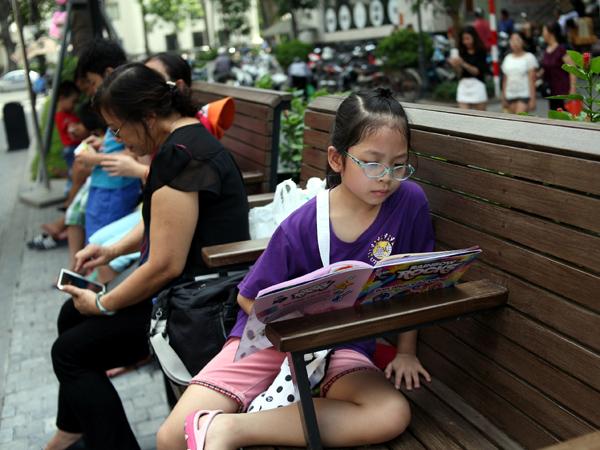 Mặc nắng nóng gần 40 độ C, nhiều gia đình đưa trẻ nhỏ đến Hội sách thiếu nhi - Ảnh 13.