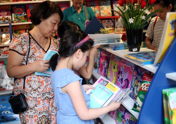 Mặc nắng nóng gần 40 độ C, nhiều gia đình đưa trẻ nhỏ đến Hội sách thiếu nhi - Ảnh 9.