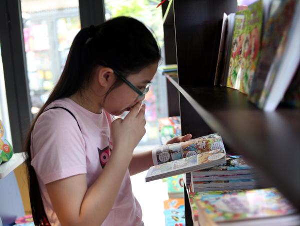 Mặc nắng nóng gần 40 độ C, nhiều gia đình đưa trẻ nhỏ đến Hội sách thiếu nhi - Ảnh 5.