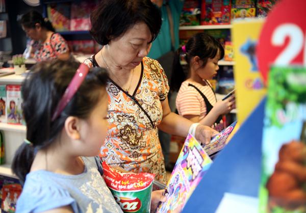 Mặc nắng nóng gần 40 độ C, nhiều gia đình đưa trẻ nhỏ đến Hội sách thiếu nhi - Ảnh 4.