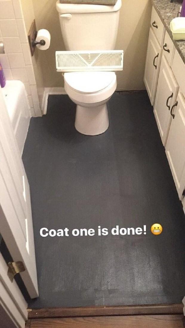Bà mẹ mua sơn đen về phủ kín sàn nhà vệ sinh, ai cũng thấy khó hiểu nhưng nhìn thấy thành quả thì thán phục - Ảnh 3.
