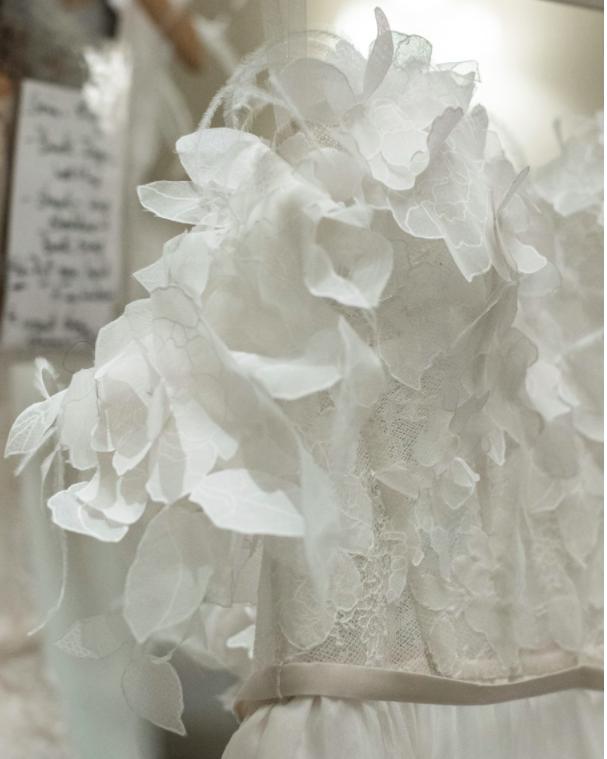 Xu hướng váy cưới Xuân/Hè 2018: Tinh xảo, yêu kiều trong từng chi tiết thêu ren, đính kết - Ảnh 23.