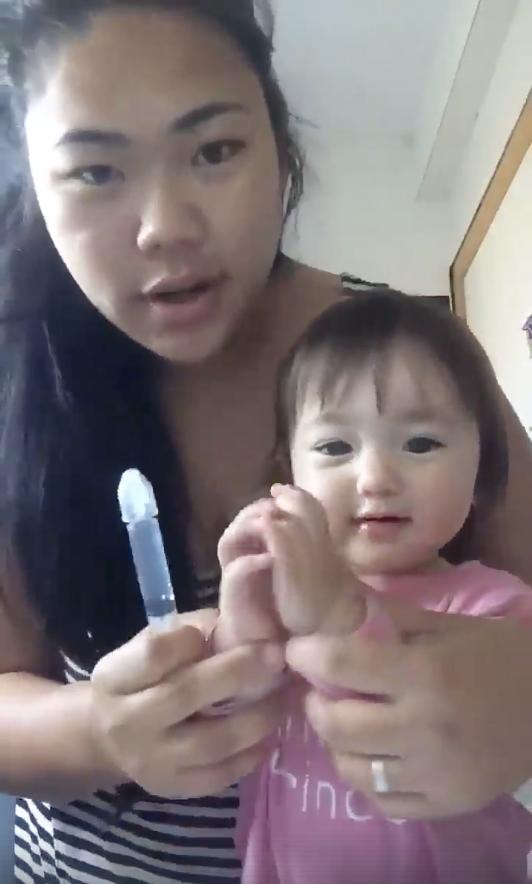 Clip mẹ rửa mũi cho con: cứ tưởng tranh cãi gay gắt, ai ngờ lại gây sốt vì lý do này - Ảnh 1.