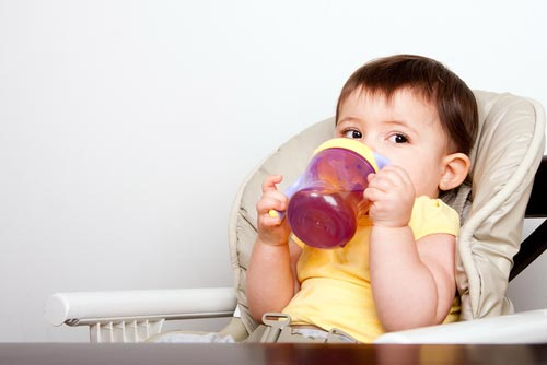 Mẹ có biết: Trẻ dưới 1 tuổi không nên uống nước trái cây - Ảnh 1.