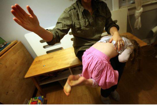 Dừng ngay việc đánh con bởi hậu quả tiêu cực kéo dài đến 10 năm sau - Ảnh 2.