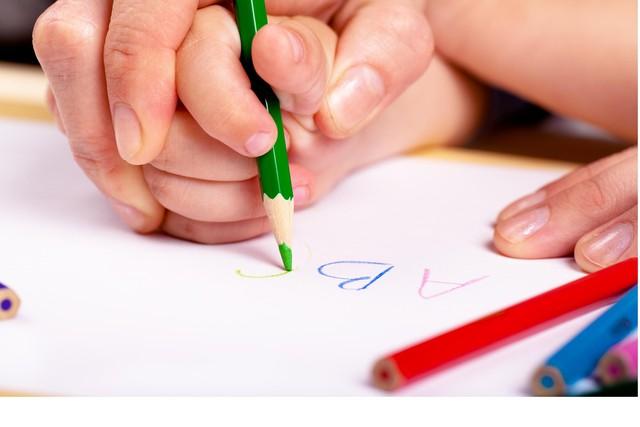 Thay vì ép con học chữ sớm, bố mẹ cần làm việc này để con quen với chữ trước khi vào lớp 1 - Ảnh 2.