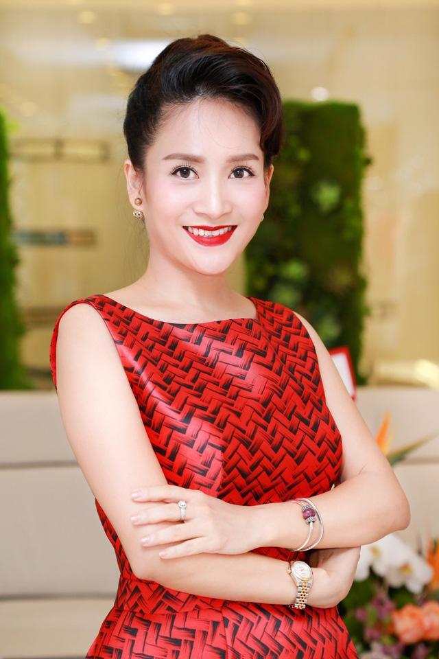 Chân dung vợ đại gia hơn tuổi của Bình Minh: Ngoài xã hội là người đàn bà thép, về nhà là lạt mềm buộc chặt - Ảnh 2.