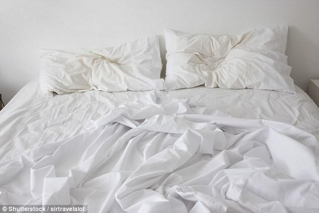 Không phải cho vào máy là xong, drap giường thay xong phải giặt thế này mới gọi là sạch sẽ - Ảnh 1.