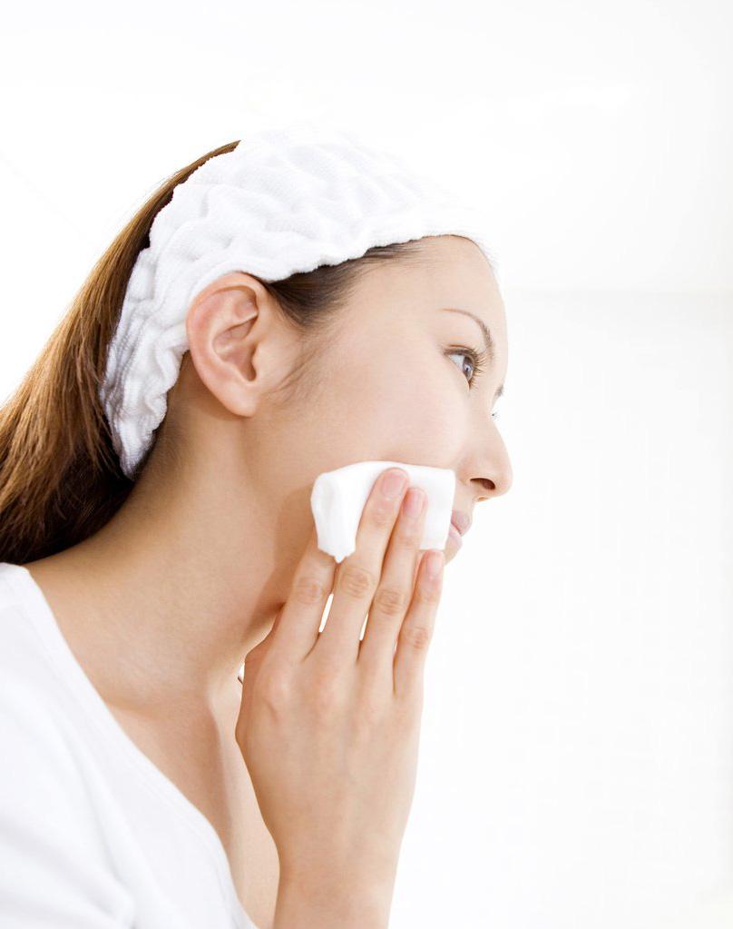 Trong vòng 60 giây sau khi rửa mặt, bạn phải thoa toner ngay và đây là lý do