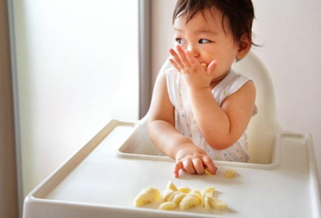 Để con không chạy vòng vòng mà ngồi yên tự xúc ăn thun thút không khó, chỉ là bố mẹ có chịu khó hay không - Ảnh 1.
