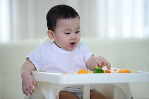 Để con không chạy vòng vòng mà ngồi yên tự xúc ăn thun thút không khó, chỉ là bố mẹ có chịu khó hay không - Ảnh 2.