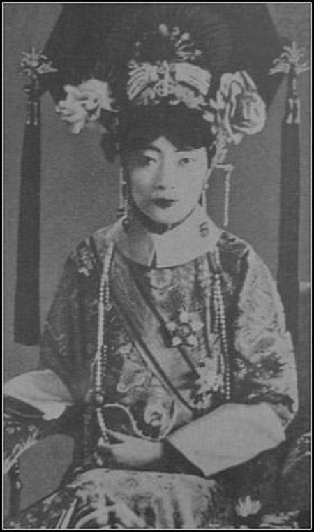 Số phận bi thảm của vị hoàng hậu Trung Hoa phong kiến cuối cùng: chồng dụ hút thuốc phiện, chết cô độc trong trại giam - Ảnh 2.