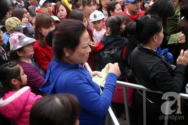 Cảnh cướp giật vé trắng trợn và đánh nhau giành vé đang diễn ra tại Lễ hội hoa hồng - Ảnh 3.