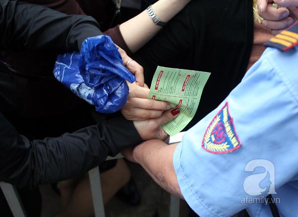 Cảnh cướp giật vé trắng trợn và đánh nhau giành vé đang diễn ra tại Lễ hội hoa hồng - Ảnh 4.