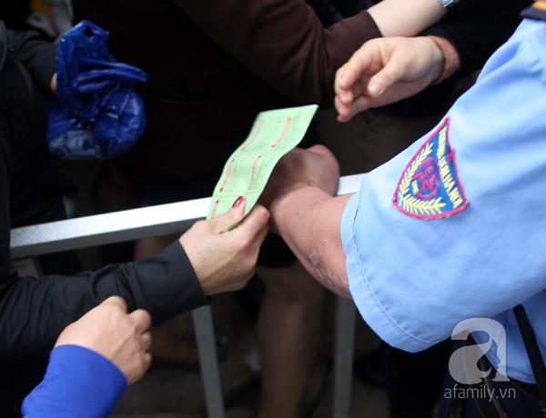Cảnh cướp giật vé trắng trợn và đánh nhau giành vé đang diễn ra tại Lễ hội hoa hồng - Ảnh 5.