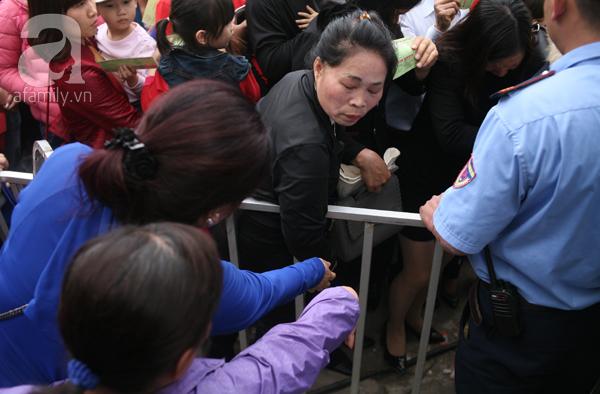 Cảnh cướp giật vé trắng trợn và đánh nhau giành vé đang diễn ra tại Lễ hội hoa hồng - Ảnh 16.