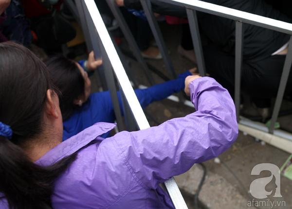 Cảnh cướp giật vé trắng trợn và đánh nhau giành vé đang diễn ra tại Lễ hội hoa hồng - Ảnh 17.