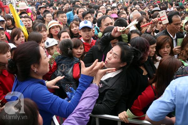 Cảnh cướp giật vé trắng trợn và đánh nhau giành vé đang diễn ra tại Lễ hội hoa hồng - Ảnh 12.