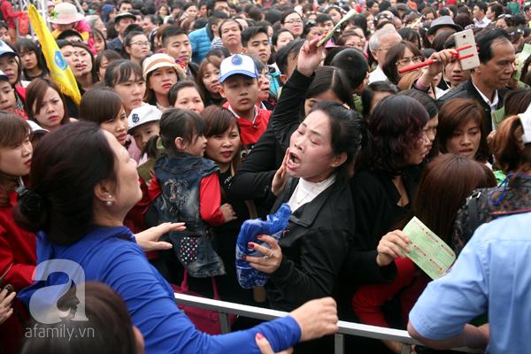 Cảnh cướp giật vé trắng trợn và đánh nhau giành vé đang diễn ra tại Lễ hội hoa hồng - Ảnh 11.
