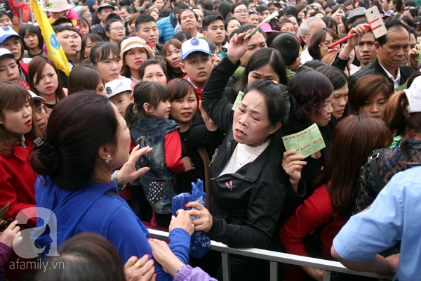 Cảnh cướp giật vé trắng trợn và đánh nhau giành vé đang diễn ra tại Lễ hội hoa hồng - Ảnh 10.