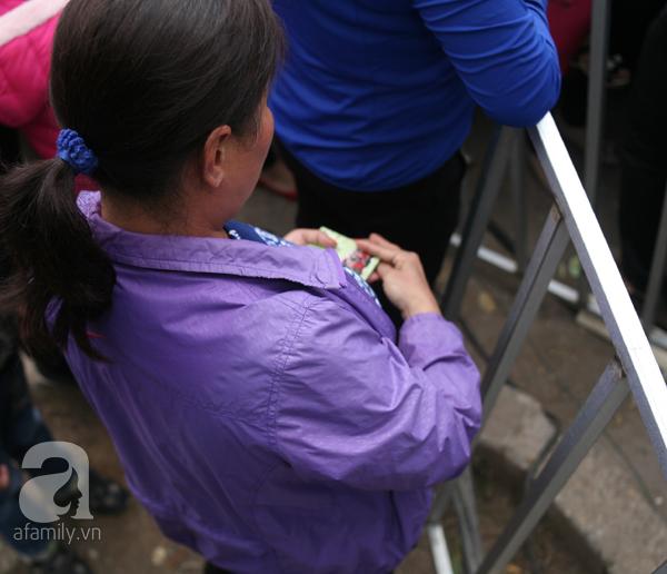Cảnh cướp giật vé trắng trợn và đánh nhau giành vé đang diễn ra tại Lễ hội hoa hồng - Ảnh 8.