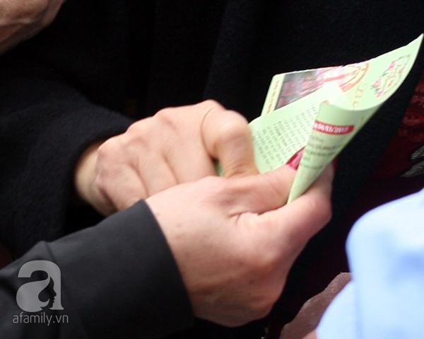 Cảnh cướp giật vé trắng trợn và đánh nhau giành vé đang diễn ra tại Lễ hội hoa hồng - Ảnh 7.